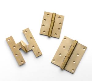 真鍮鋳肌できた丁番。形状は「平丁番」「フランス丁番」の2種類からお選びいただけます。